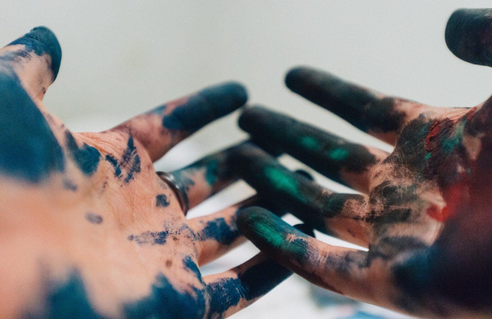Kunstner-hænder - abstrakte malerier til salg